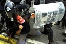 Un dimostrante anti-G8 ferito durante gli scontri con le forze dell'ordine. REUTERS/Peter Andrews